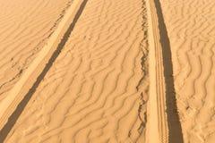 路汽车轨道在沙漠 免版税库存照片