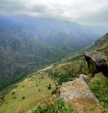 路在阿拉韦尔迪附近镇的一道山峡谷  免版税库存照片