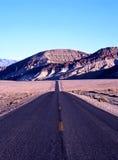 路在死亡谷,美国。 库存照片