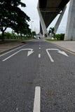 路在Bhumibol桥梁下 免版税图库摄影