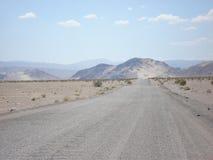 路在Death Valley 免版税图库摄影