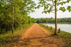 路在Jedkod Pongkonsao自然研究的石渣水库 库存照片