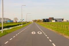 路在Meerkerk,荷兰的郊区 库存图片