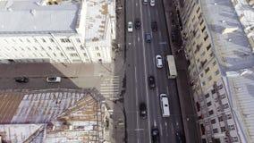 路寄生虫视图有不同颜色许多乘坐的汽车的在大厦中的 股票视频