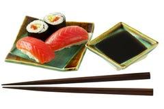 路径卷三文鱼寿司 库存照片