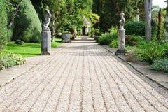 路径在英国规则式园林里 免版税图库摄影
