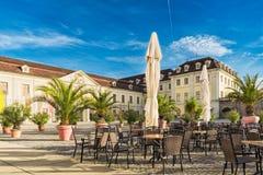 路德维希堡,德国- 2017年10月25日:城堡咖啡馆的椅子和桌邀请采取休息和享用温暖 免版税库存图片