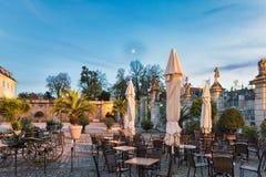 路德维希堡,德国- 2017年10月25日:城堡咖啡馆邀请为了休息能享受蓝色小时的风景光 库存图片