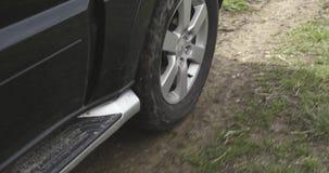 路或SUV四轮驱动的车汽车细节 秋天室外旅行 秋天晴天 4K慢动作录影 股票录像