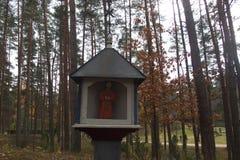 路旁、教会和公墓耶稣受难象 图库摄影