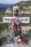 路旁十字架指示另一个生命在厄瓜多尔的臭名远扬地危险路夺去的地方 库存照片