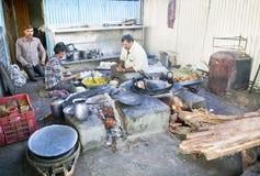 路旁咖啡馆厨房烹调samosas的印度 免版税库存照片