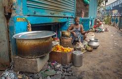 路旁在加尔各答,印度街道上的茶卖主  免版税库存照片