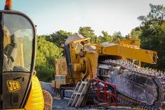 路旁机械JCB和柏油碎石地面研磨机/去膜剂 免版税图库摄影