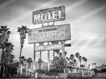路旁汽车旅馆标志-腐朽的偶象沙漠西南美国 免版税库存图片