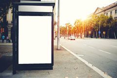 路旁的社会信息委员会,给空的横幅的嘲笑做广告在公共汽车站的市区,清楚的海报户外 免版税库存照片