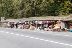 路旁纪念品市场离市布拉索夫不远位于罗马尼亚 库存图片