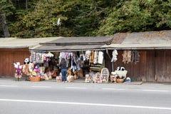 路旁纪念品市场离市布拉索夫不远位于罗马尼亚 免版税图库摄影