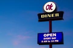 路旁美国吃饭的客人霓虹灯广告 库存图片