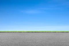 路旁草和蓝天 免版税库存照片