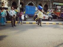路旁边交通在孟买 免版税库存图片