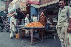 路旁边食物卖主在拉合尔,巴基斯坦 免版税库存图片