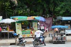 路旁边食物在街市KRABI失去作用 免版税库存图片