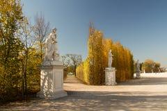 路旁雕塑在秋天 免版税库存照片