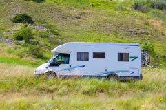 路旅行有篷货车白色 免版税库存图片