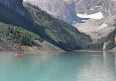 路易丝湖有独木舟的亚伯大加拿大 免版税库存图片