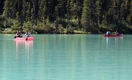 路易丝湖的划独木舟的人 免版税库存图片
