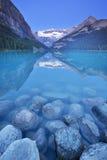 路易丝湖,班夫国家公园,加拿大在黎明 免版税库存照片