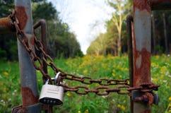 路易斯安那在01之外的领域被锁的 免版税库存照片