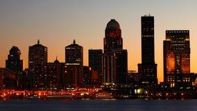 路易斯维尔,肯塔基夜横跨俄亥俄河的市中心 免版税库存图片