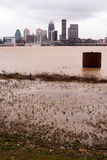 路易斯维尔肯塔基街市市地平线俄亥俄河洪水 免版税库存照片