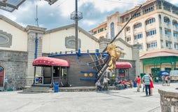 路易港,毛里求斯- 2015年10月01日:与多云天空和游人人的地方建筑学 免版税图库摄影