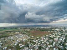 路易港,毛里求斯- 2015年10月04日:与风雨如磐的天空的风景在路易港, Mautirius 库存图片