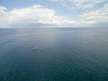 路易港,毛里求斯- 2015年10月04日:偏僻的小船在印度洋 接近毛里求斯海岸 库存图片