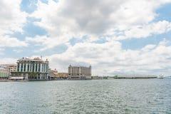 路易港,毛里求斯- 2015年10月01日:口岸在路易港,毛里求斯 与多云天空的地方建筑学和海洋浇灌 免版税库存照片