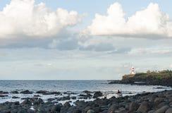 路易港,毛里求斯- 2015年10月05日:灯塔在有某些人的毛里求斯前景的 库存照片