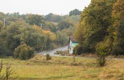 路是一个早期,多雨早晨 Transylvania,罗马尼亚 免版税库存照片