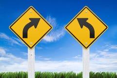 路标、权利或者左曲线在天空背景。(截去的Pa 免版税图库摄影