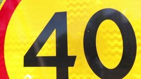 路标制约的限速 在黄色背景的第四十与在圈子附近的红色条纹 标志是 股票视频