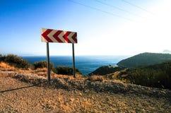 路标在土耳其的海岸向左转 库存图片