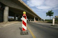 路标在重建的一条高速公路 免版税库存照片