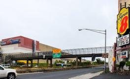 路标志和交通沿路线495和第30街道在北部卑尔根标题往纽约 免版税库存照片