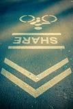 路标或自行车车道在城市街道的沥青纹理 库存照片