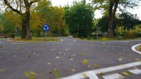 路标空中英尺长度骑自行车者的在秋天公园 股票视频