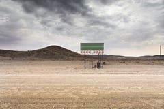 路标纳米比亚 对专属旅行目的地的沙漠街道 库存图片