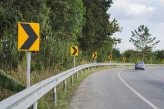 路标警报信号向右转与汽车 免版税图库摄影